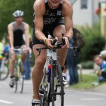 Triathlet Philipp Heinz kmpft mit dem Wind auf der Radrunde_28. Leipziger LVB Triathlon 2011