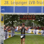 Triathlet Philipp Heinz nach seiner Aufholjagd im Ziel_28. Leipziger LVB Triathlon 2011